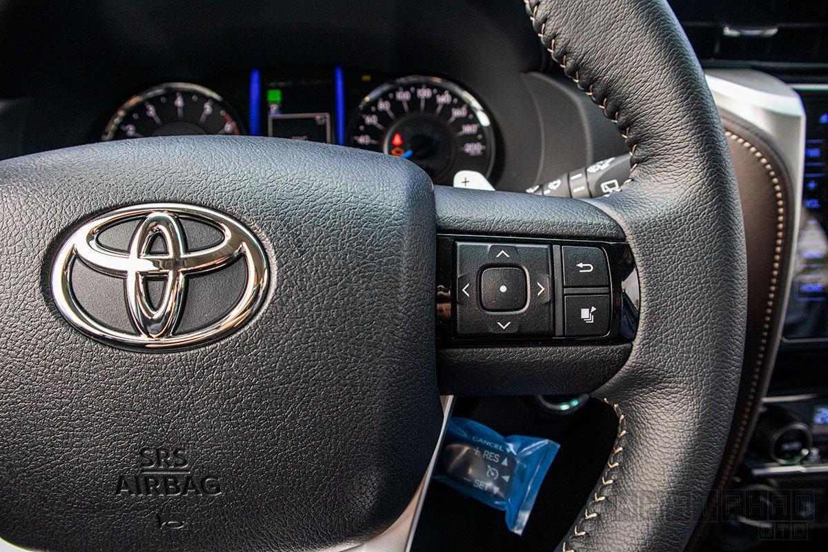Ảnh chụp nút bấm vô-lăng xe Toyota Fortuner 2020