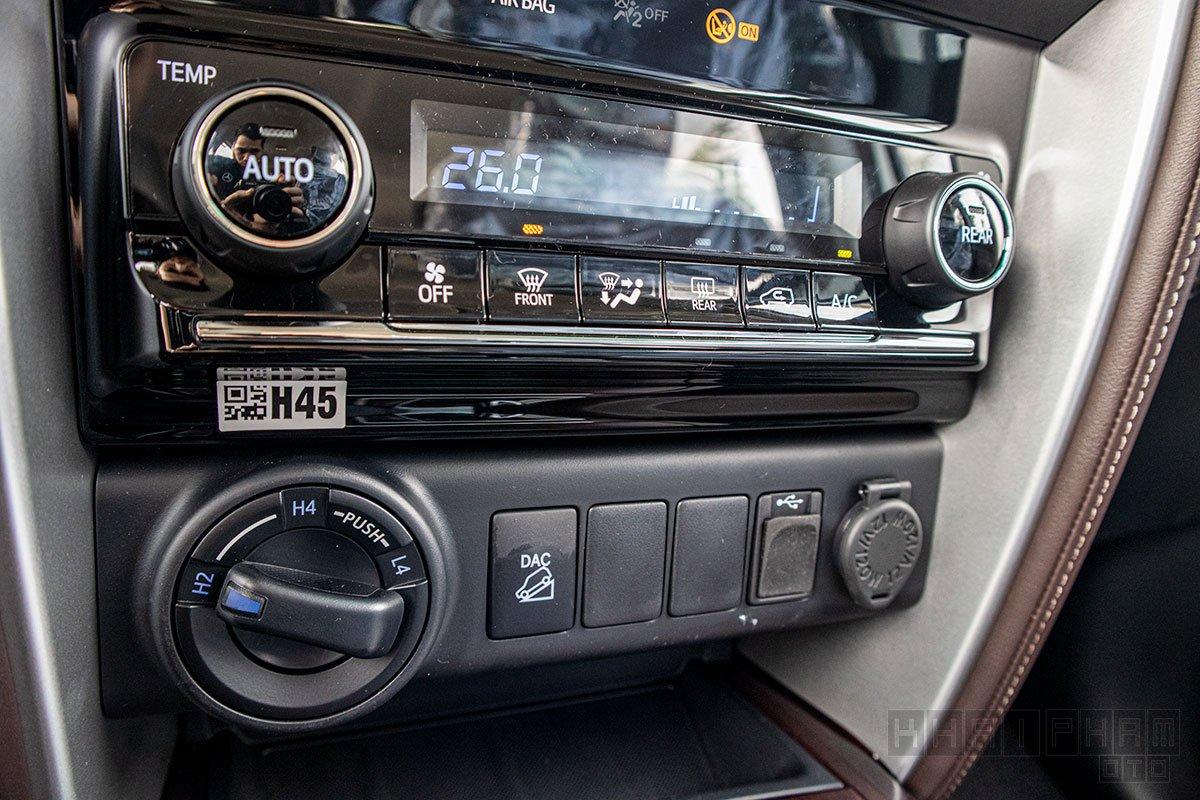Ảnh chụp nút chỉnh điều hoà xe Toyota Fortuner 2020