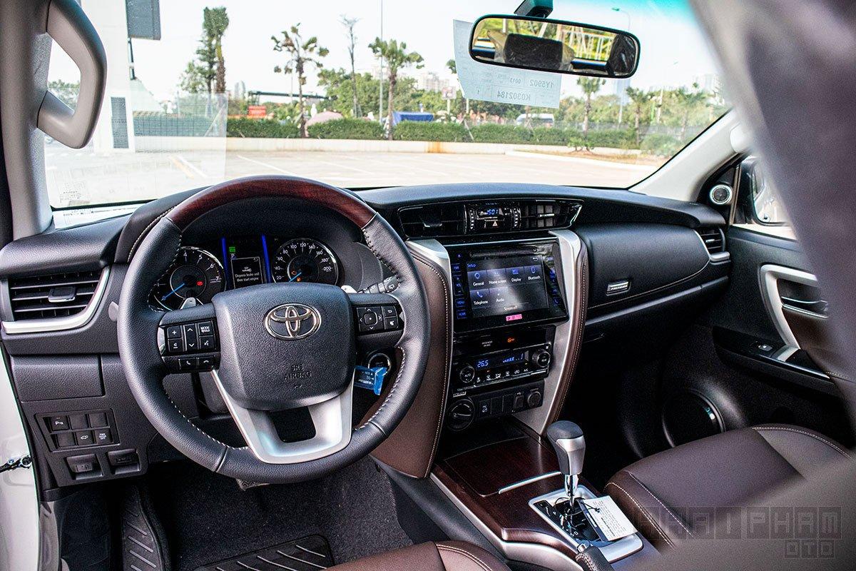 Ảnh chụp táp-lô xe Toyota Fortuner 2020