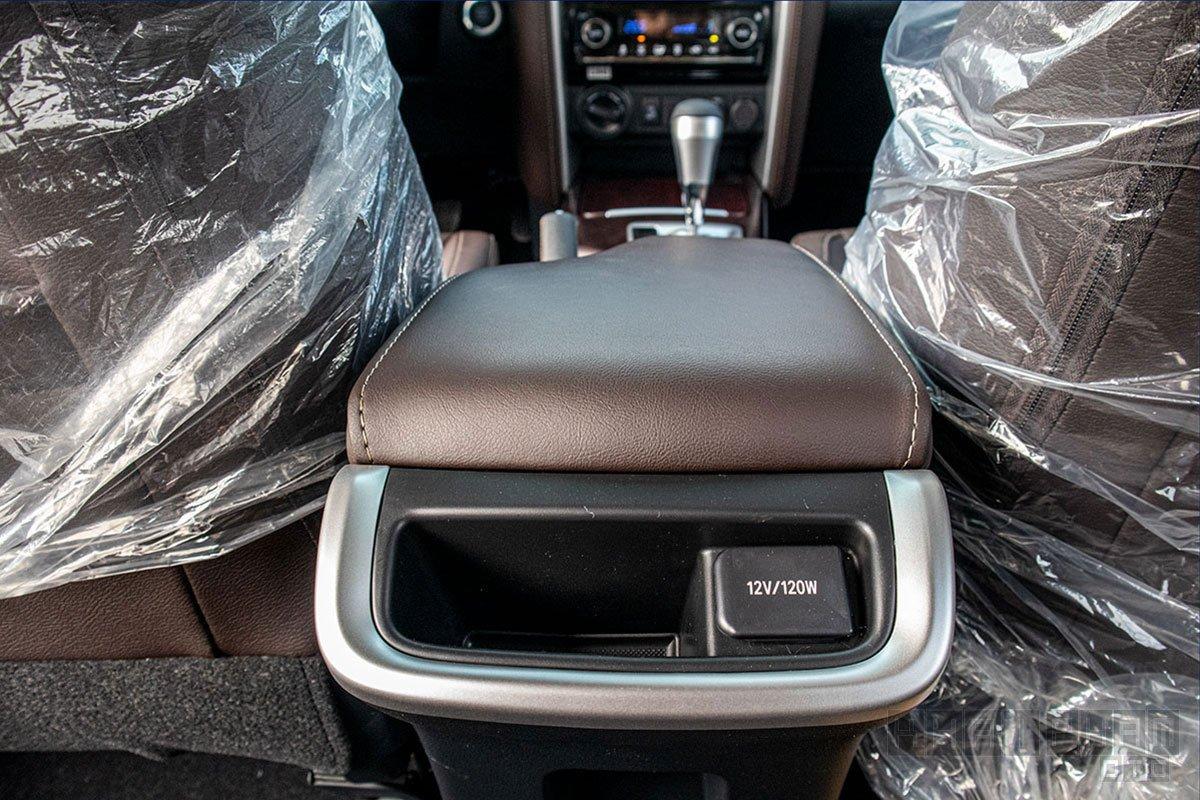 Ảnh chụp ổ sạc sau xe Toyota Fortuner 2020