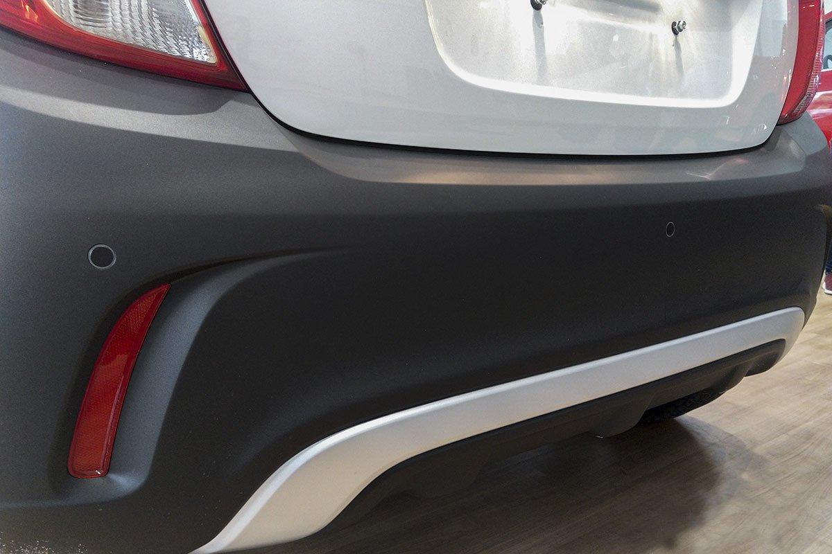 Đánh giá xe VinFast Fadil 2019: Cản sau sử dụng hoàn toàn bằng nhựa sần.
