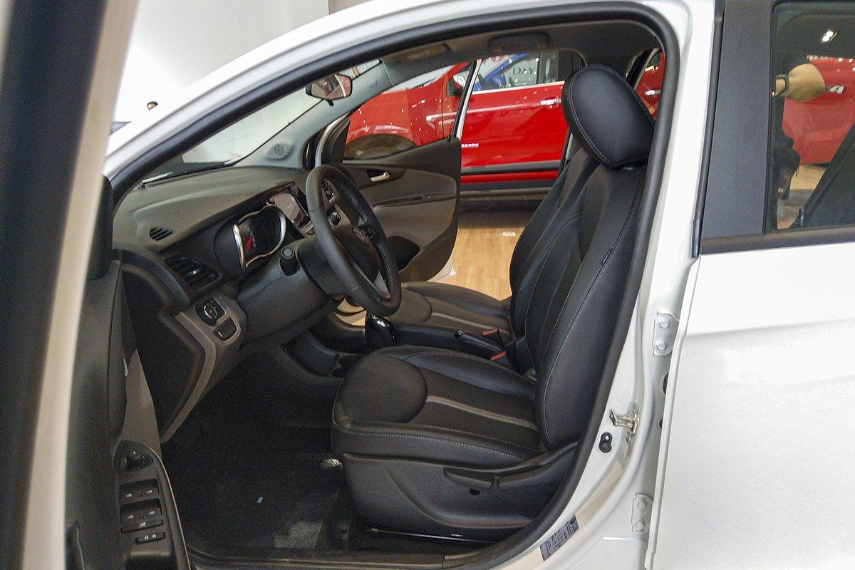 Đánh giá xe VinFast Fadil 2019: Ghế ngồi bọc da chỉnh cơ.