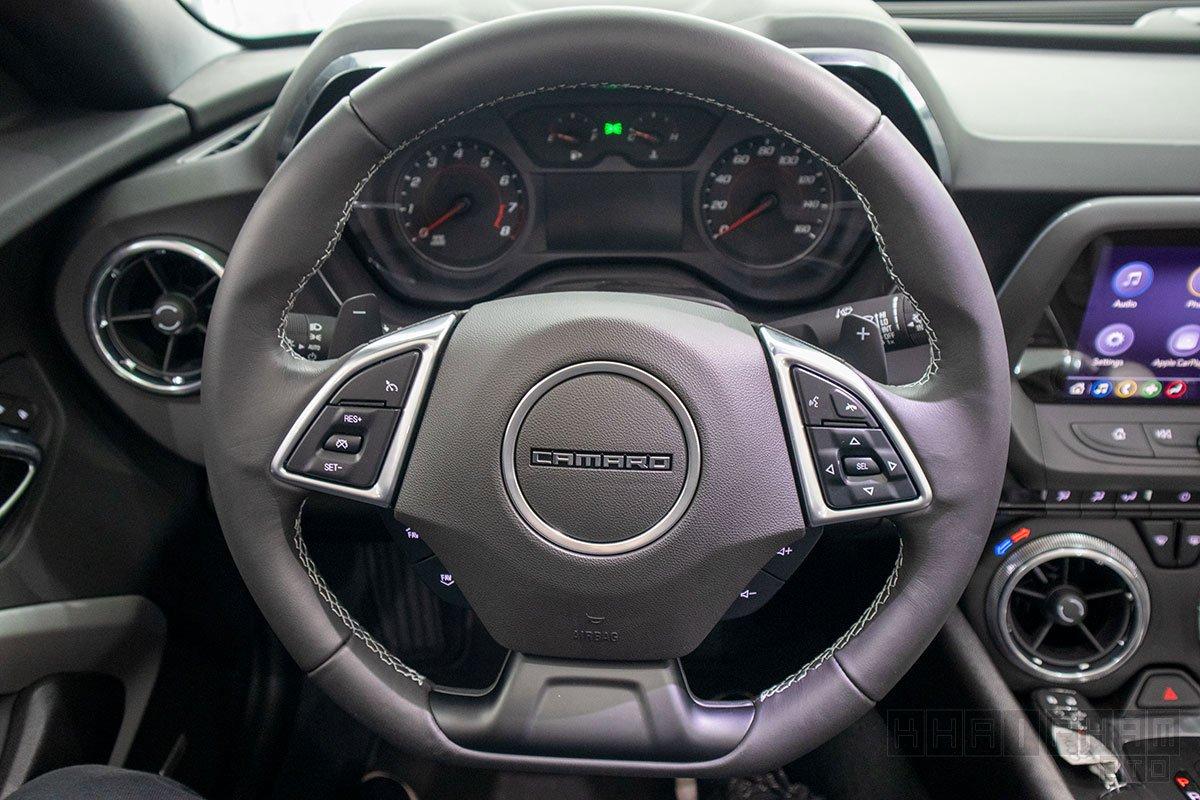 Ảnh chụp vô-lăng xe Chevrolet Camaro mui trần 2019-2020