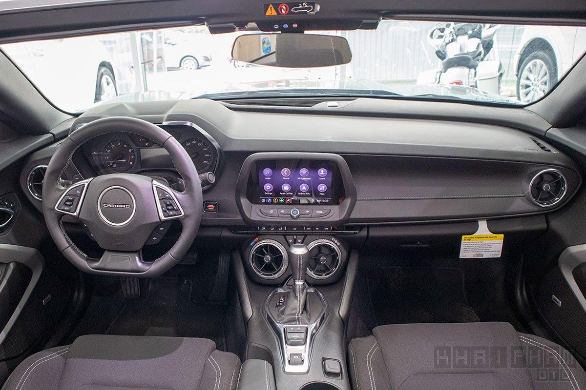 xe Chevrolet Camaro mui trần 2019-2020 chụp nội thất