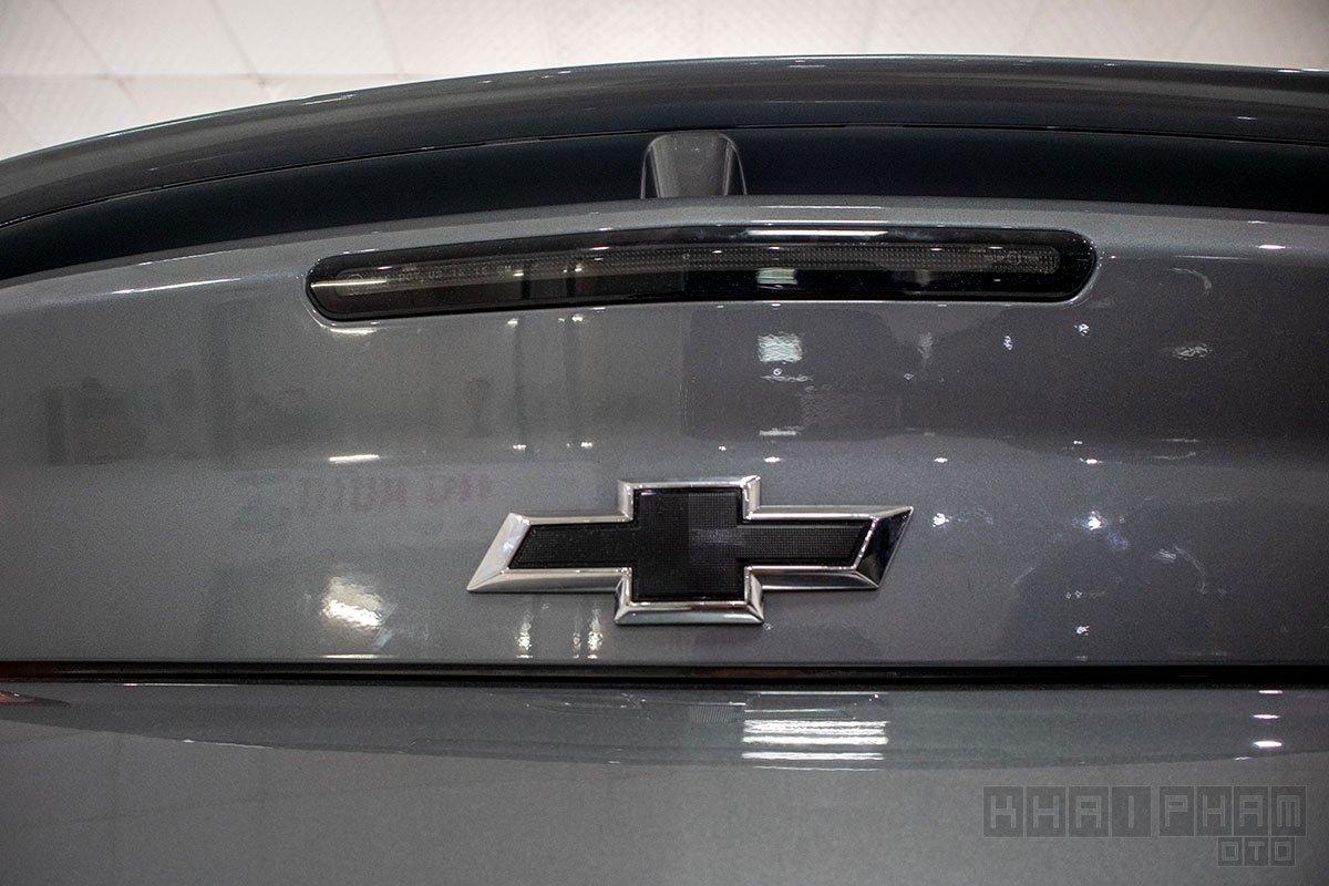 Ảnh chụp logo xe Chevrolet Camaro mui trần 2019-2020