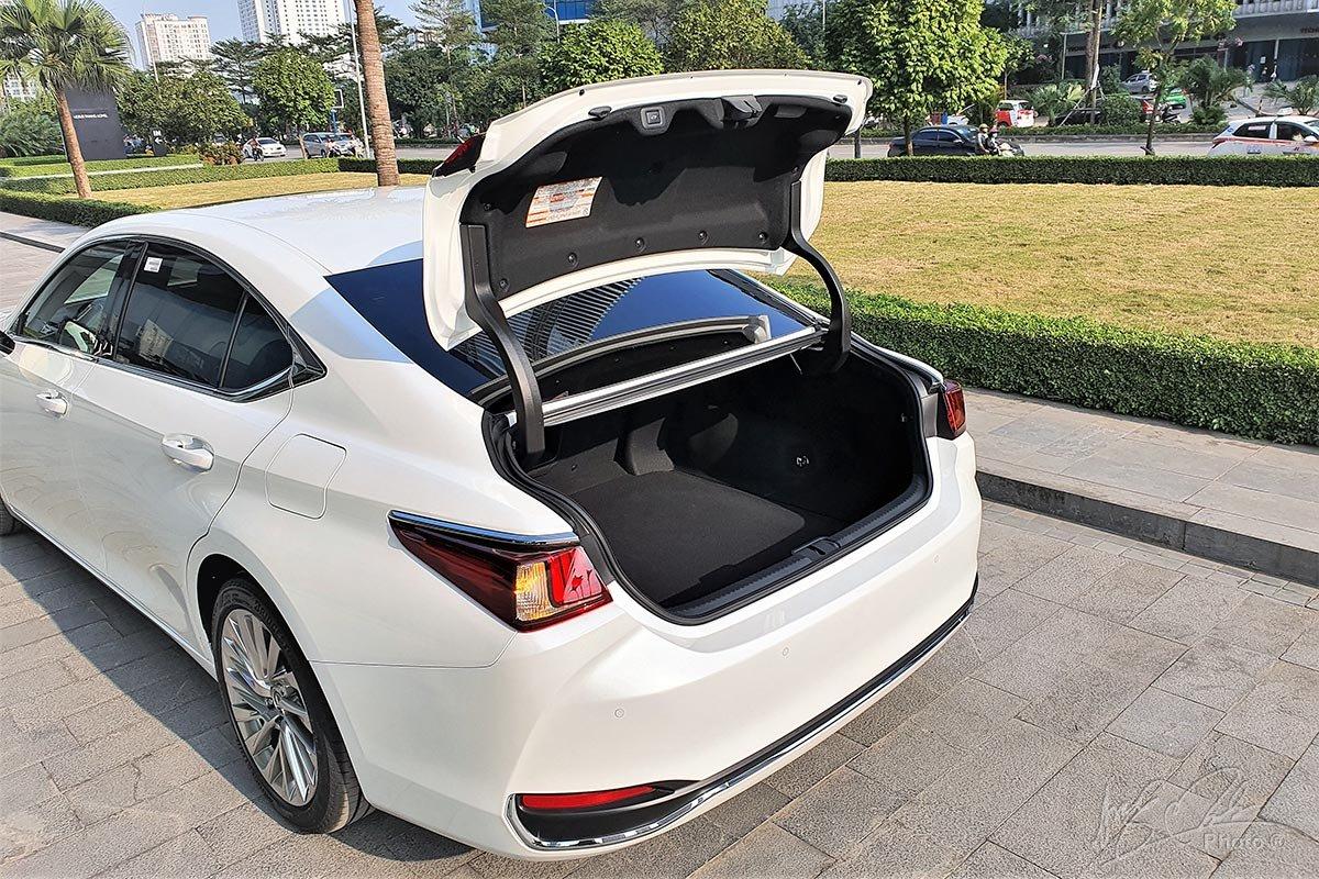 Đánh giá xe Lexus ES 250 2020: Khoang hành lý được đánh giá là một trong những chiếc xe tốt nhất phân khúc.