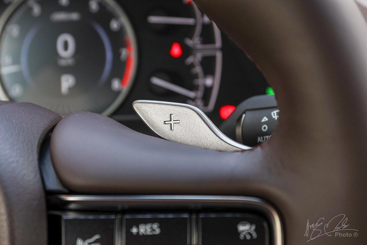 Đánh giá xe Lexus ES 250 2020: Lẫy chuyển số sau vô-lăng.