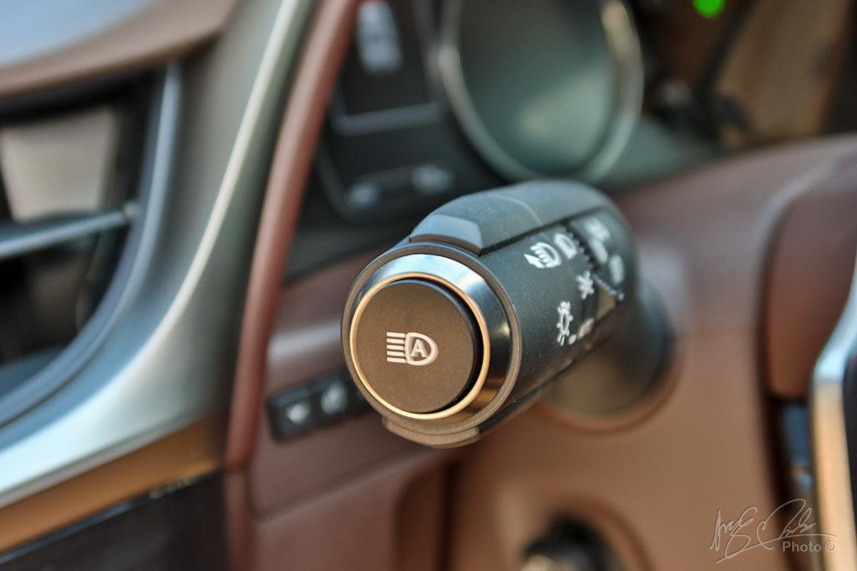 Đánh giá xe Lexus ES 250 2020: Đèn pha tự động thích ứng.