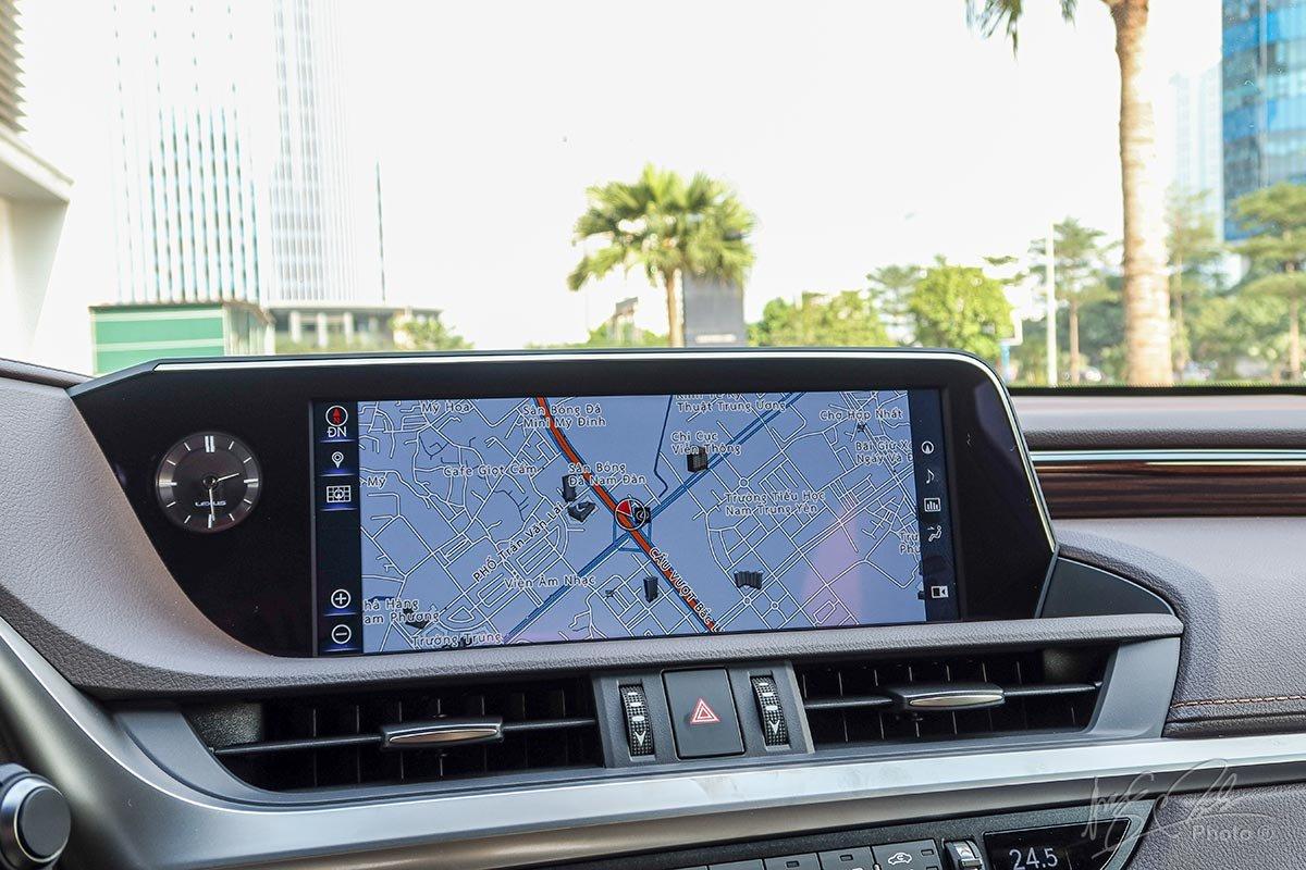 Đánh giá xe Lexus ES 250 2020: Màn hình giải trí 12,3 inch là trang bị tiêu chuẩn.
