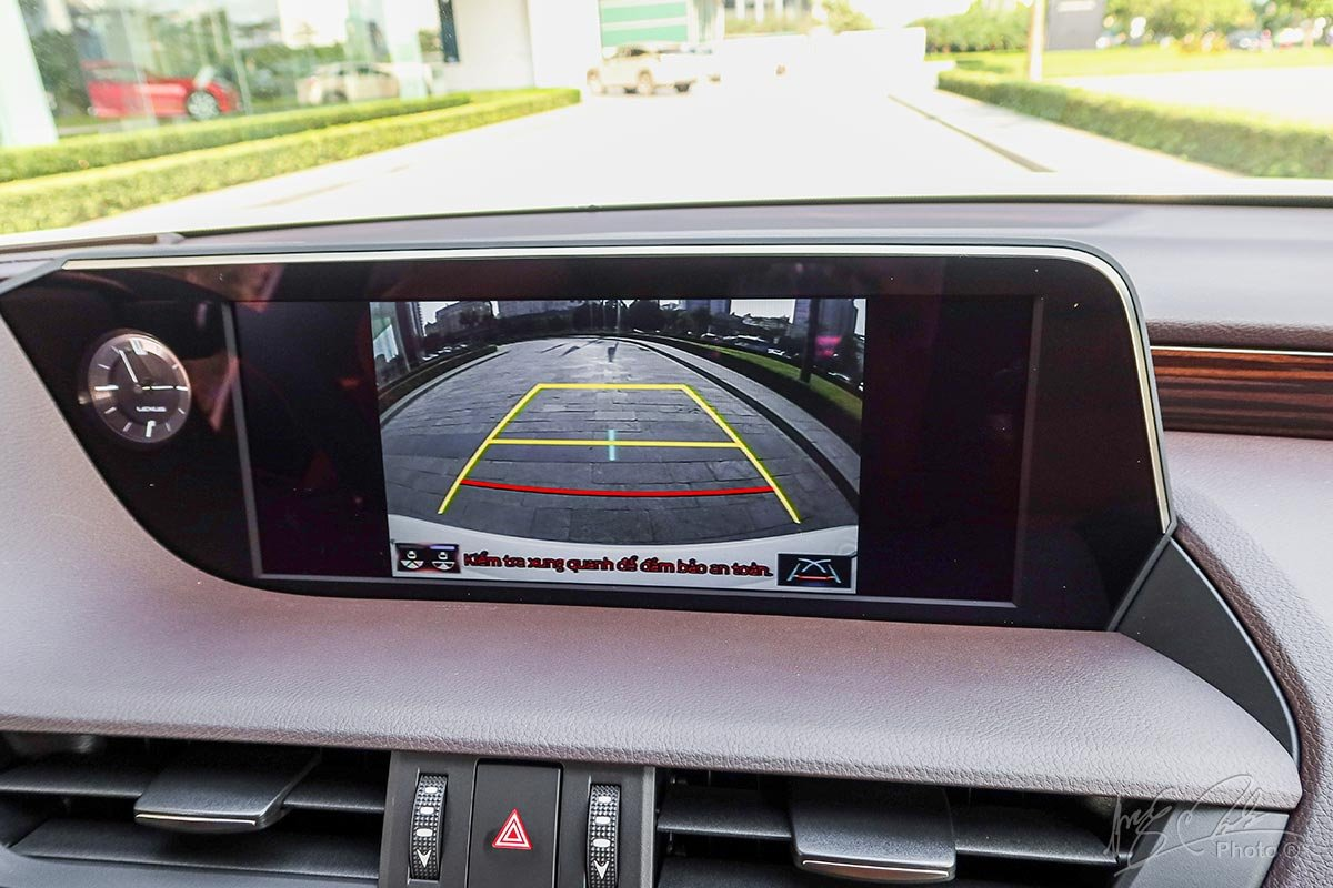 Đánh giá xe Lexus ES 250 2020: Camera lùi.