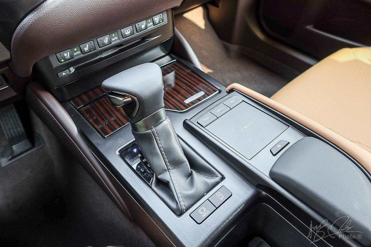 Đánh giá xe Lexus ES 250 2020: Hộp số tự động 8 cấp.