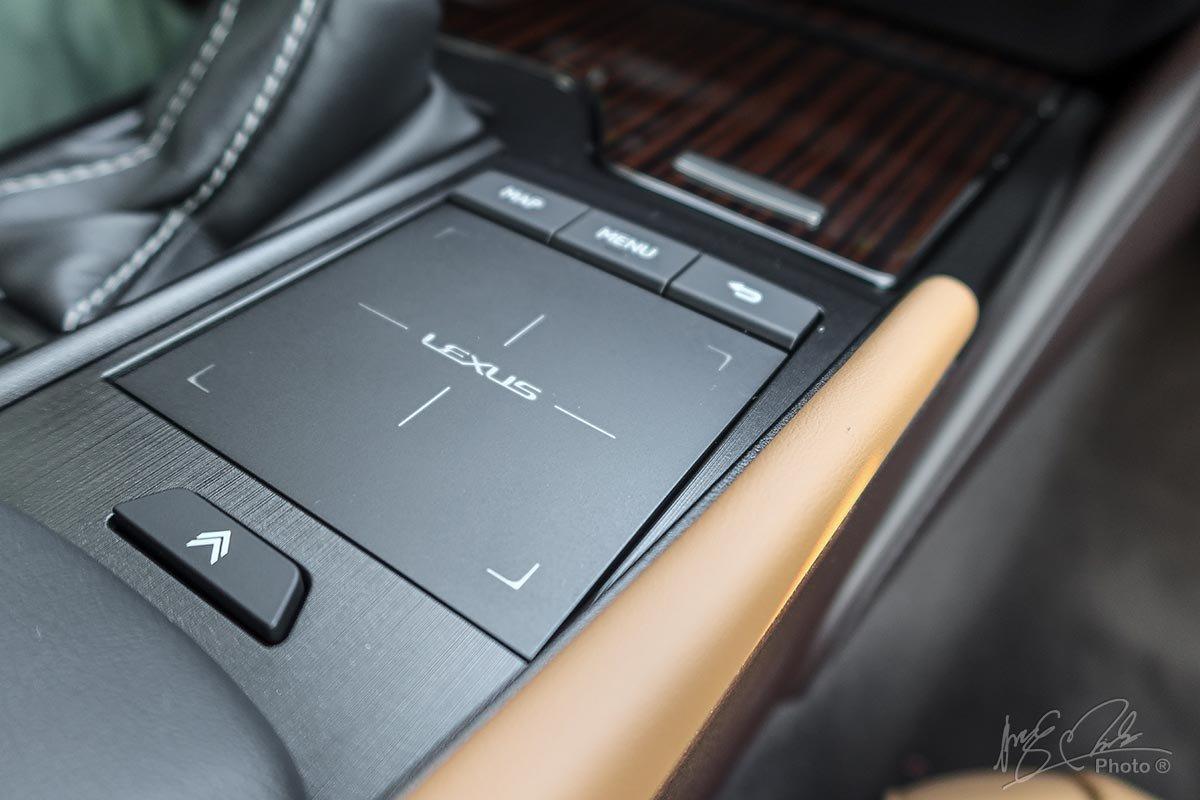Đánh giá xe Lexus ES 250 2020: Bàn di chuột được nâng cấp nhưng vẫn khó sử dụng.