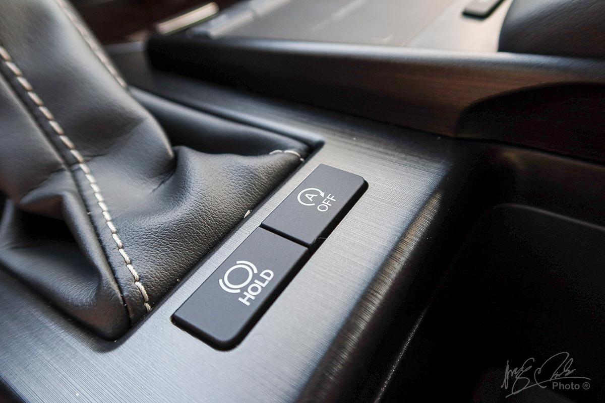 Đánh giá xe Lexus ES 250 2020: Tự động phanh khi dừng đỗ.