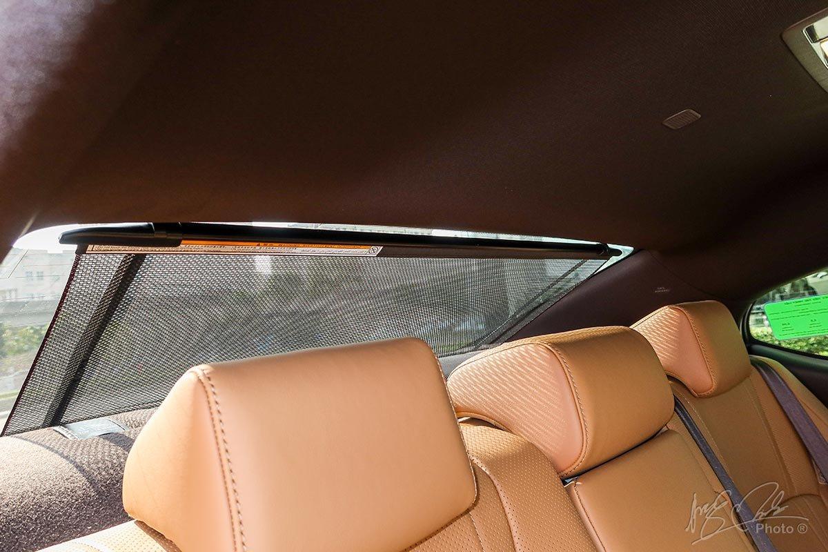 Đánh giá xe Lexus ES 250 2020: Rèm che nắng cửa sau.