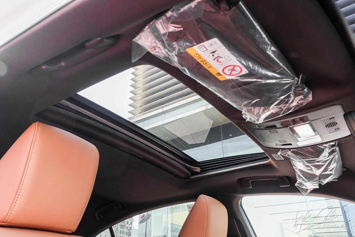 Đánh giá xe Lexus ES 250 2020: Cửa sổ trời.