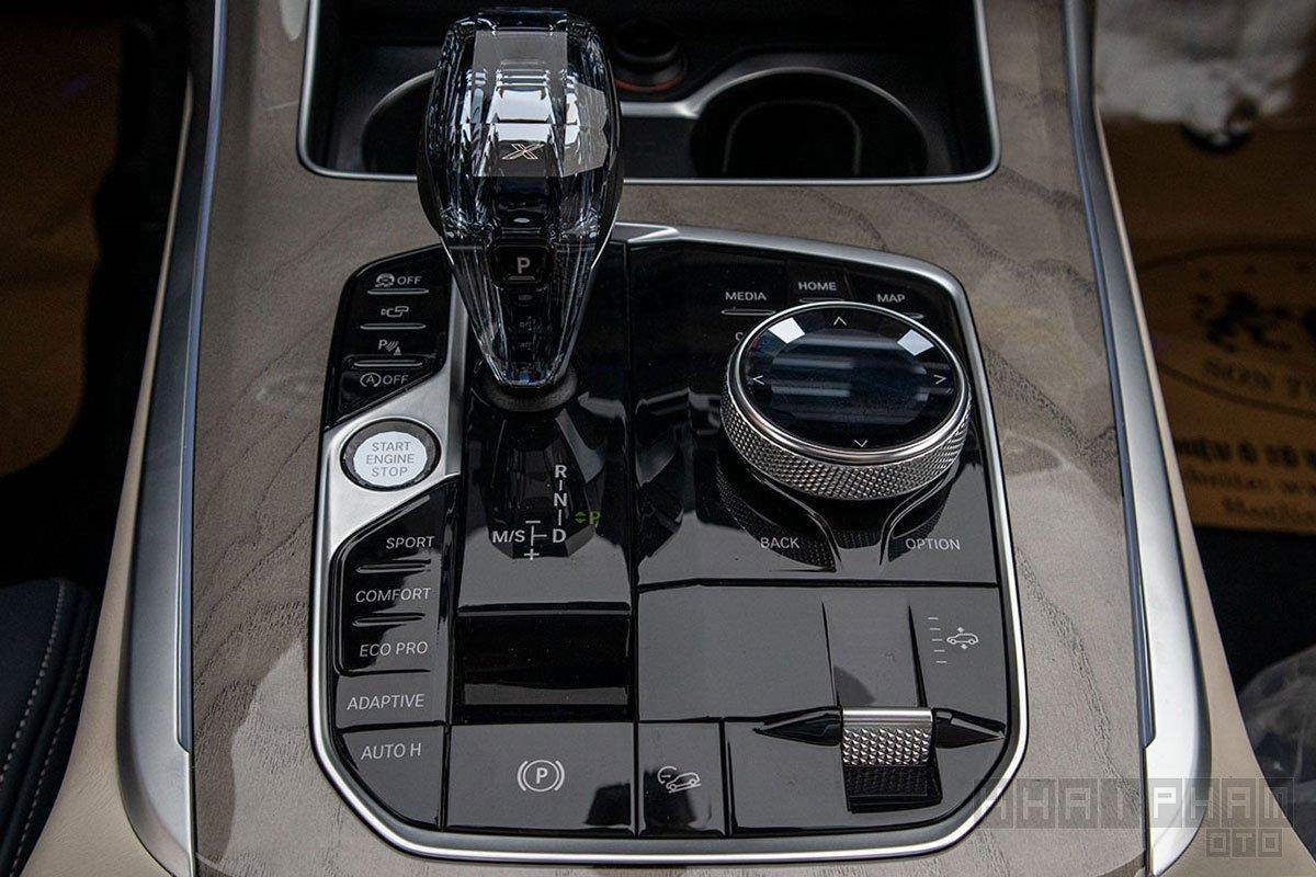 Ảnh chụp cần số xe BMW X7 2019-2020