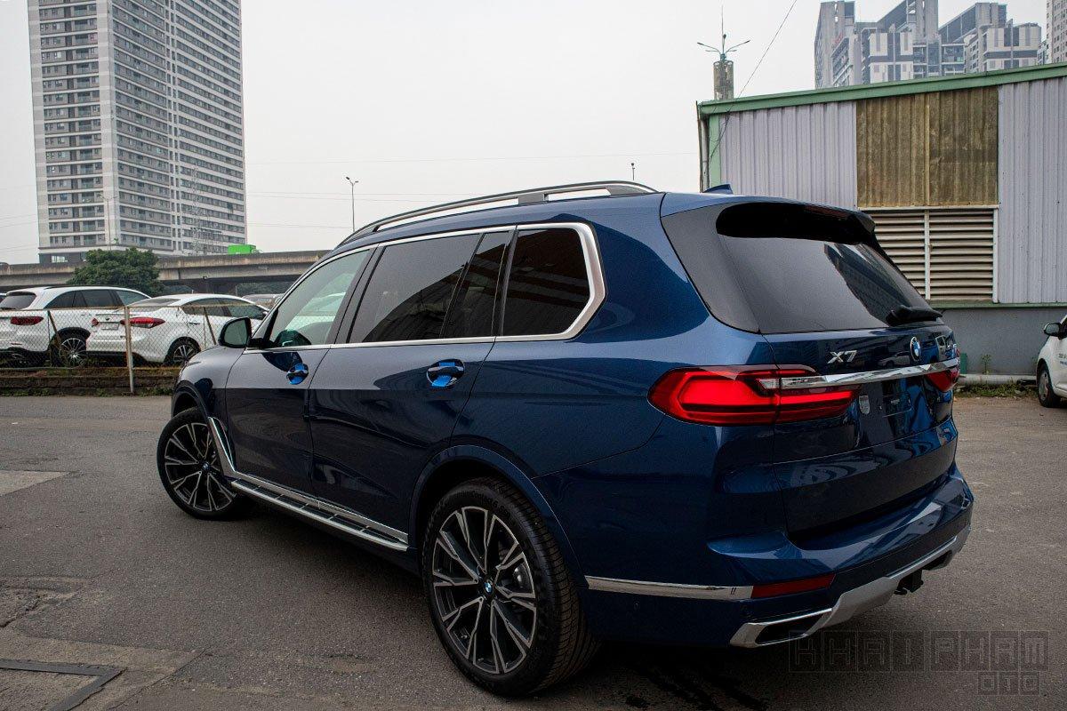 Ảnh chụp sau xe BMW X7 2019