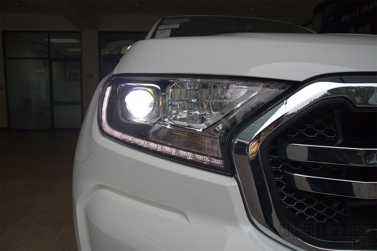 Ảnh chụp đèn pha xe Ford Ranger Limited 2020