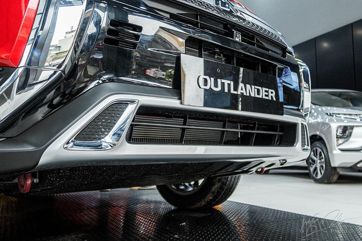 Khu vực cản trước của Mitsubishi Outlander 2020 được gia tăng chất thể thao.