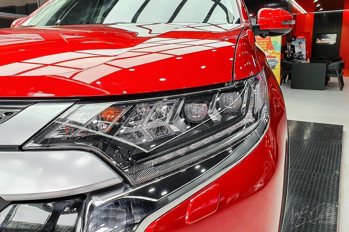 Cụm đèn chiếu sáng trước của Mitsubishi Outlander 2020 phiên bản 2.0 CVT Premium.