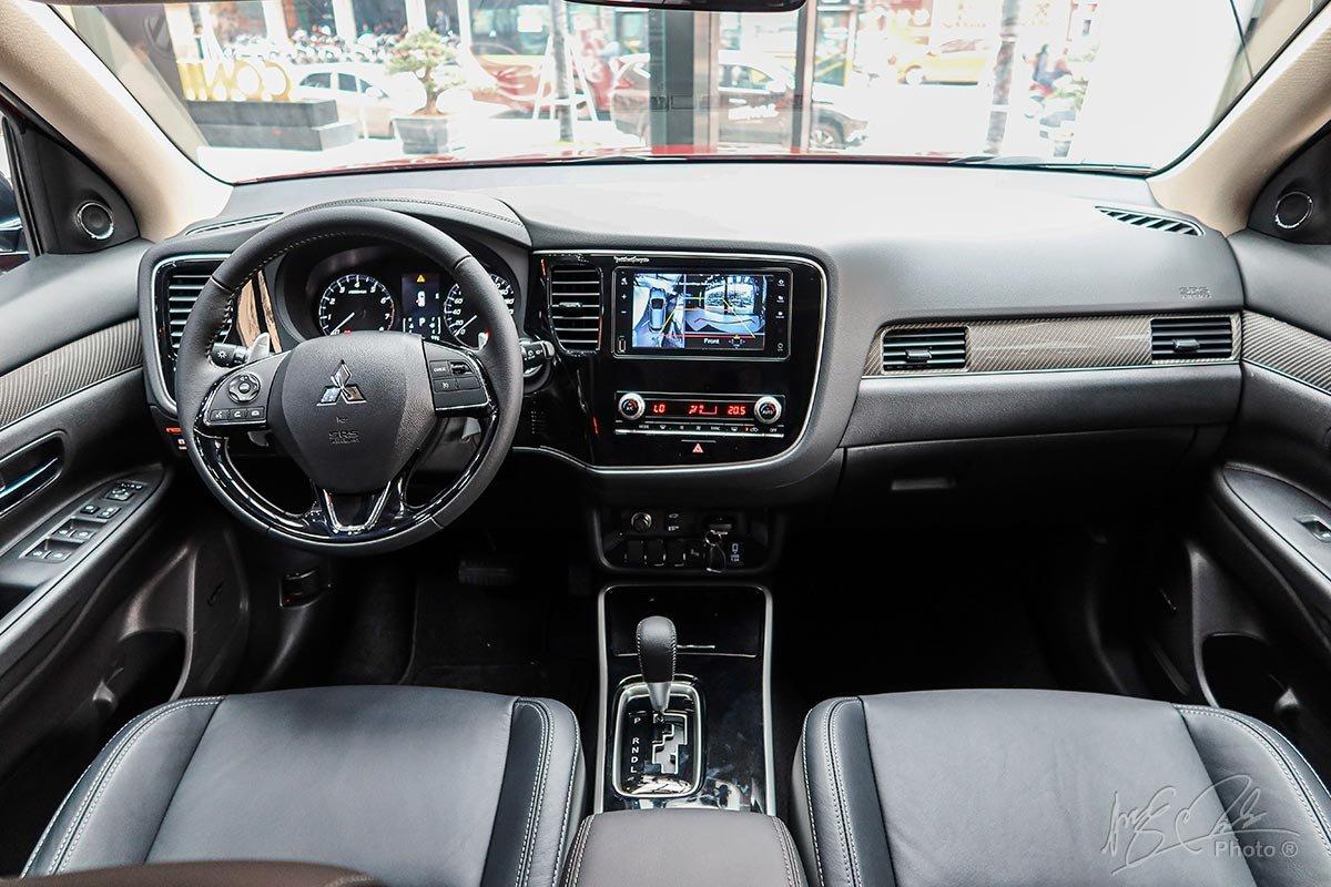 Mitsubishi Outlander 2020 sử dụng tông màu nội thất Đen thay cho màu nội thất Vàng be.
