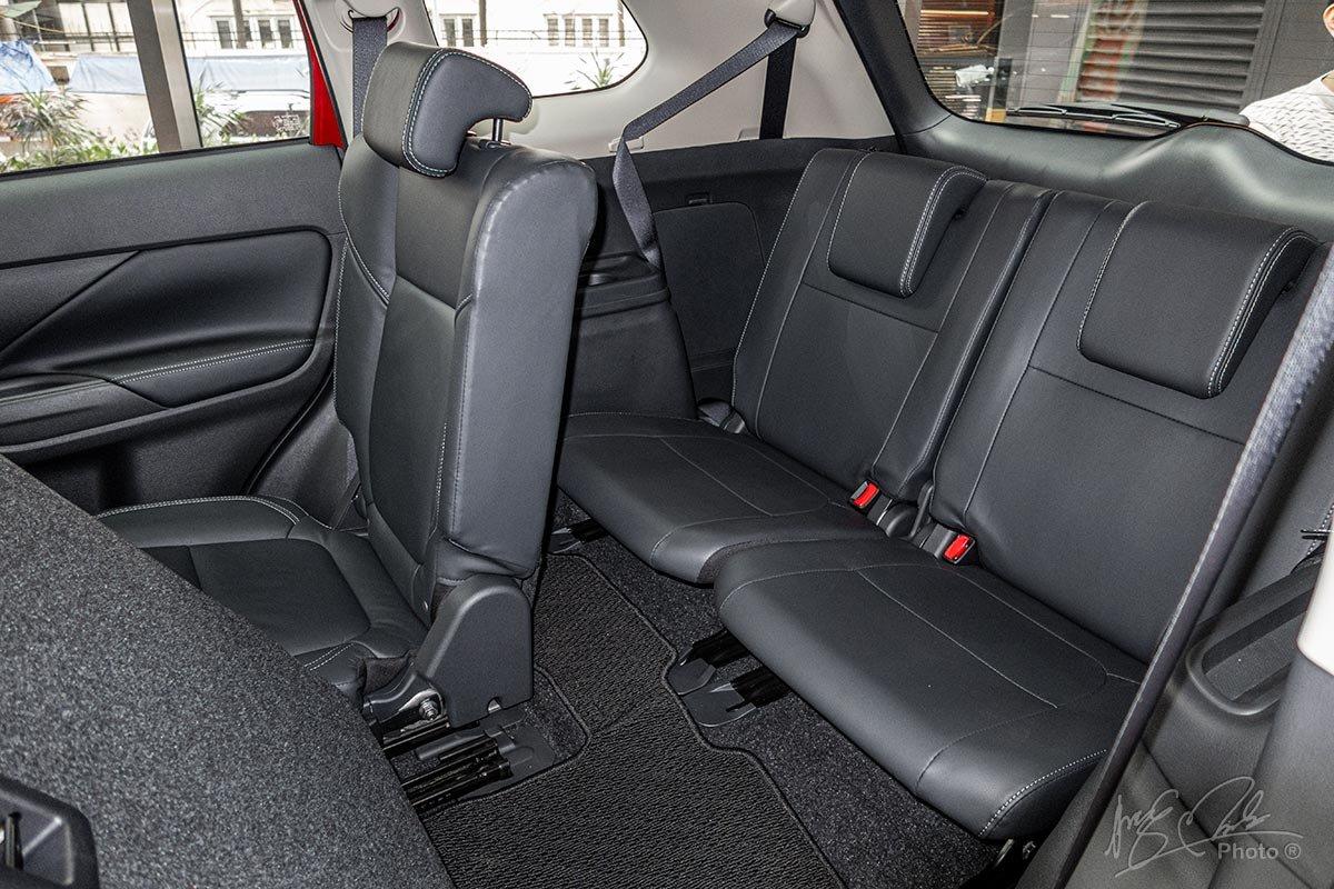 Mitsubishi Outlander 2020 sử dụng tông màu nội thất Đen thay cho màu nội thất Vàng be 2.