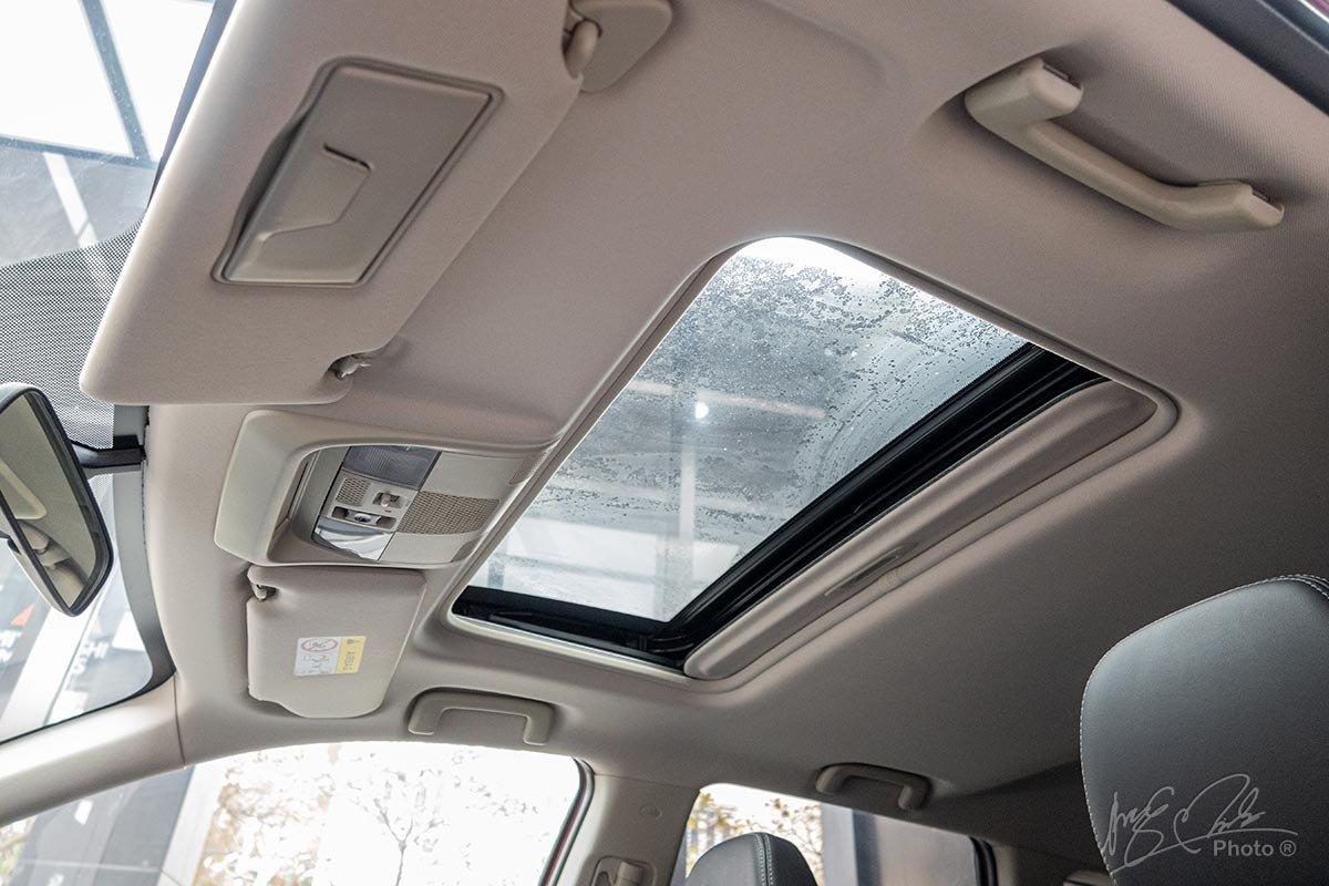 Trần xe của Mitsubishi Outlander 2020 sử dụng tông màu sáng, tạo sự tương phản cho không gian bên trong.