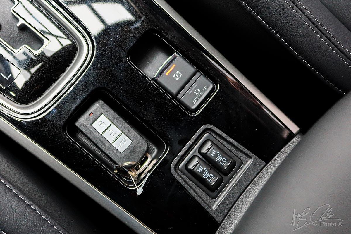 Hệ thống phanh tay điện tử và giữ phanh tự động đã có mặt trên tất cả các phiên bản của Mitsubishi Outlander 2020.