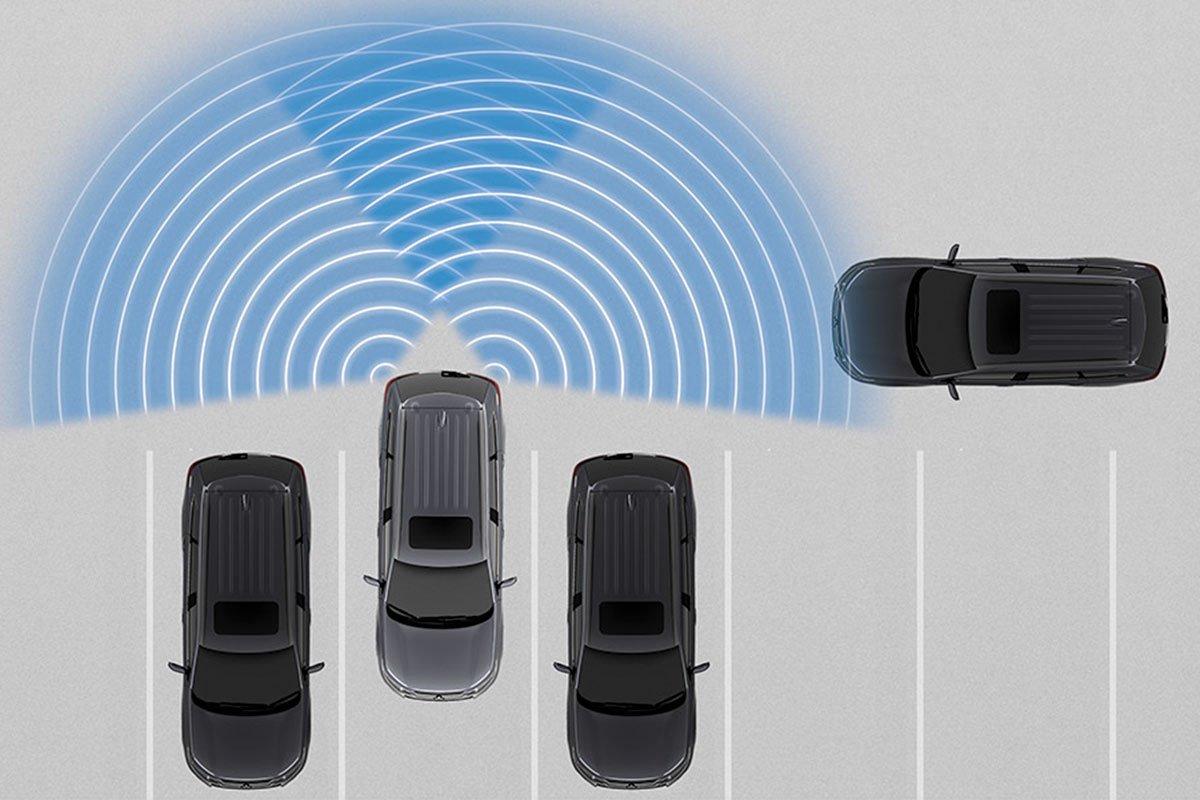 Hệ thống cảnh báo phương tiện cắt ngang phía sau trên Mitsubishi Outlander 2020.