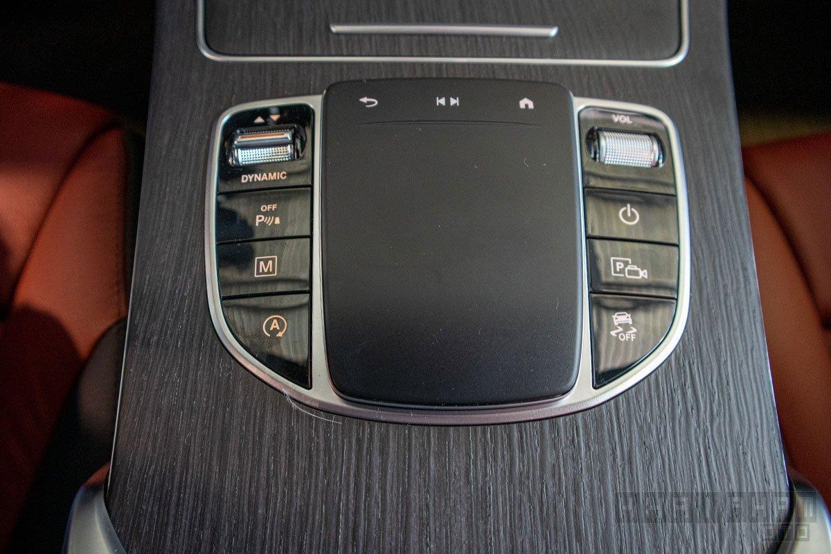 Ảnh chụp bệ điều khiển xe Mercedes-Benz GLC 300 2020