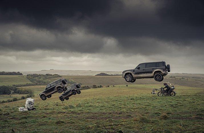 Cú nhảy cao hơn 30 m của Land Rover Defender 110.
