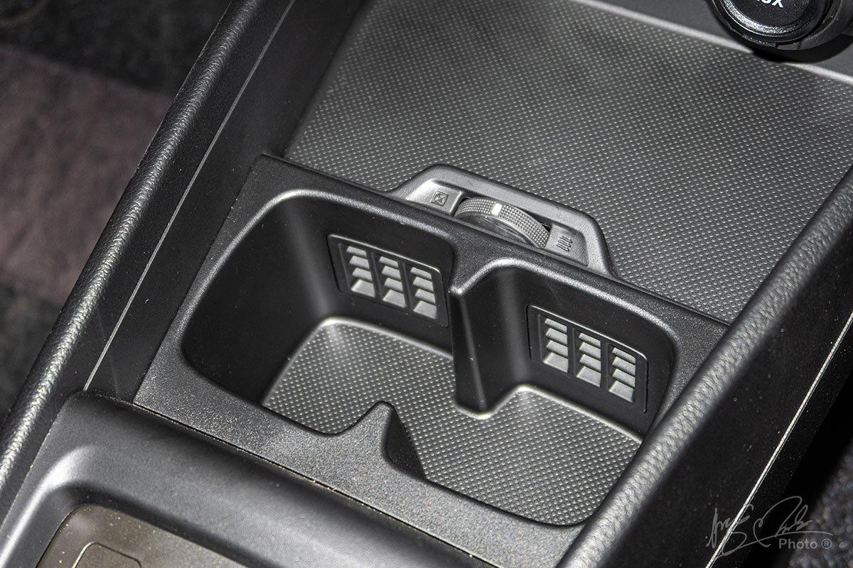 Đánh giá xe Suzuki Ertiga 2020: Chỗ để cốc có tính năng làm mát.