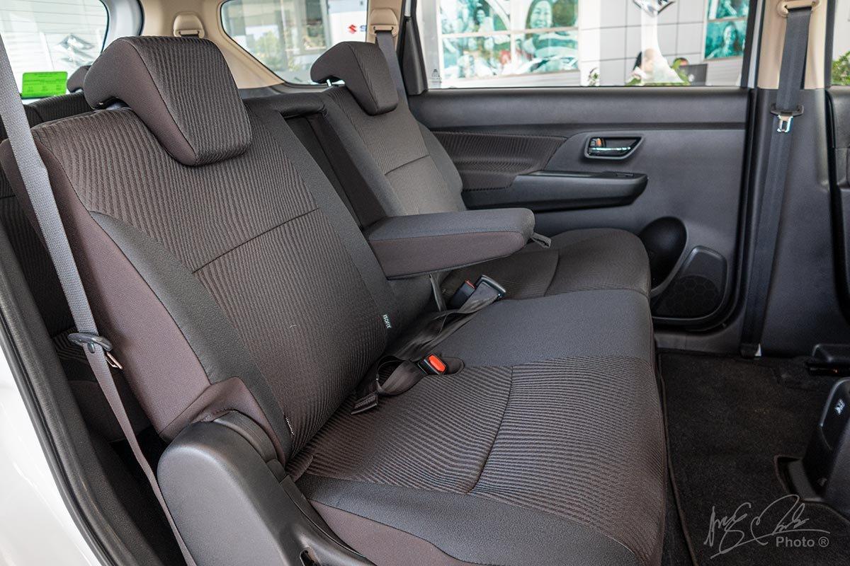 Đánh giá xe Suzuki Ertiga 2020: Hàng ghế thứ 2 được bổ sung thêm bệ tỳ tay.