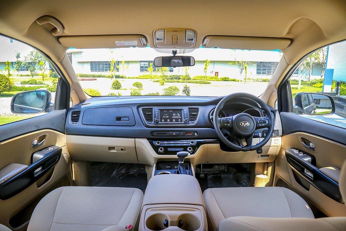 Vô-lăng của mẫu xe Kia Sedona xuất khẩu sẽ đảm bảo quy định giao thông của Thái Lan.