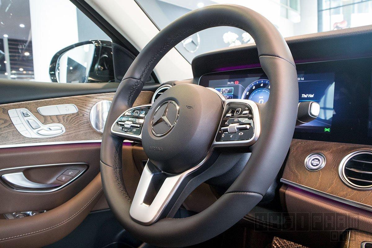 Ảnh chụp vô-lăng xe Mercedes-Benz E 200 Exclusive 2020