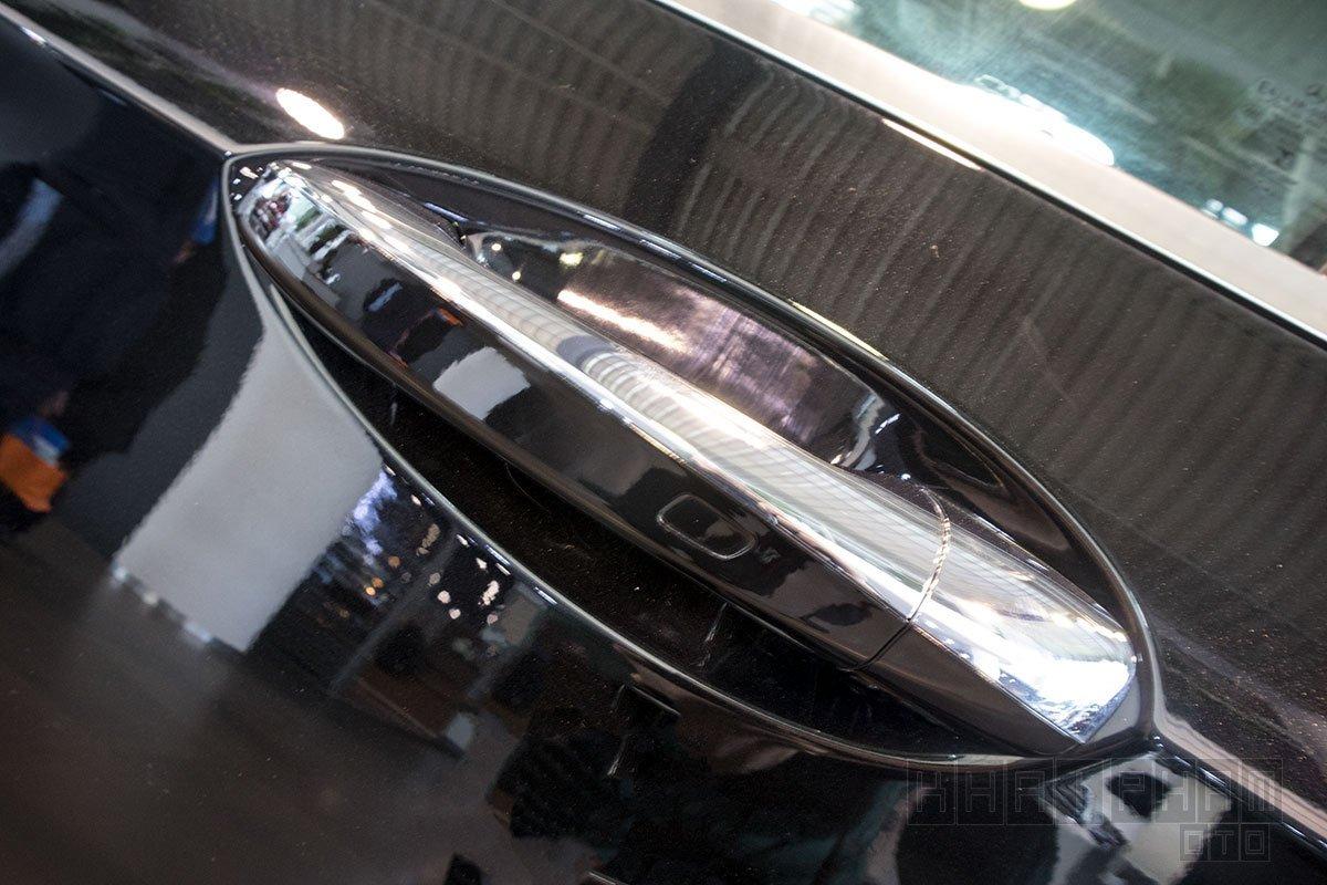 Ảnh chụp tay nắm cửa xe Mercedes-Benz E 200 Exclusive 2020