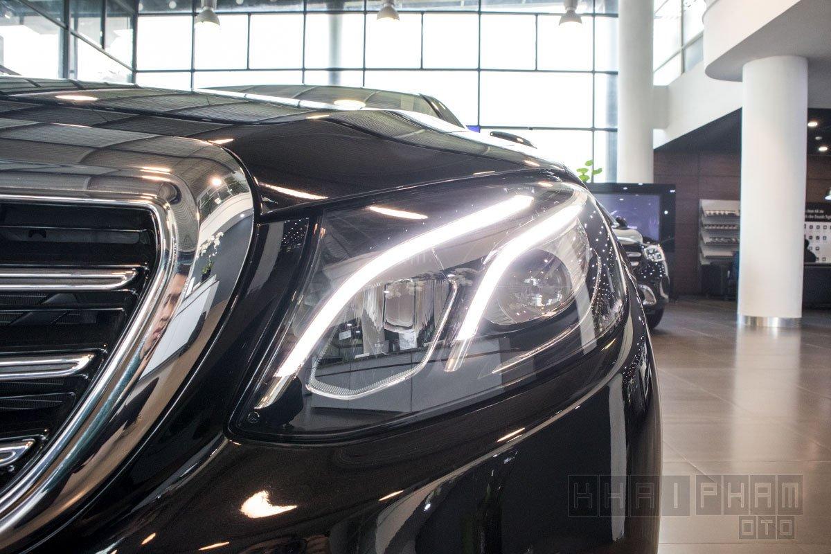Ảnh chụp đèn pha xe Mercedes-Benz E 200 Exclusive 2020