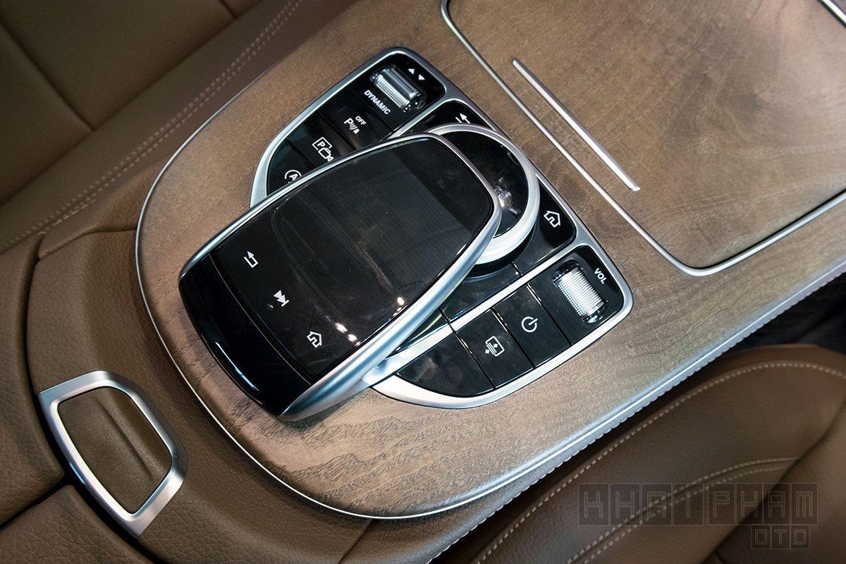 Ảnh chụp đồng hồ xe Mercedes-Benz E 200 Exclusive 2020