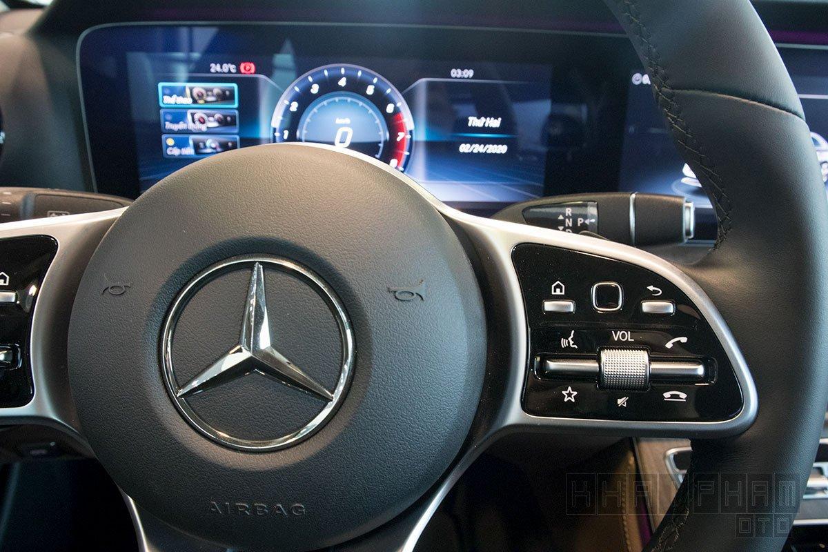 Ảnh chụp Nút bấm vô-lăng xe Mercedes-Benz E 200 Exclusive 2020