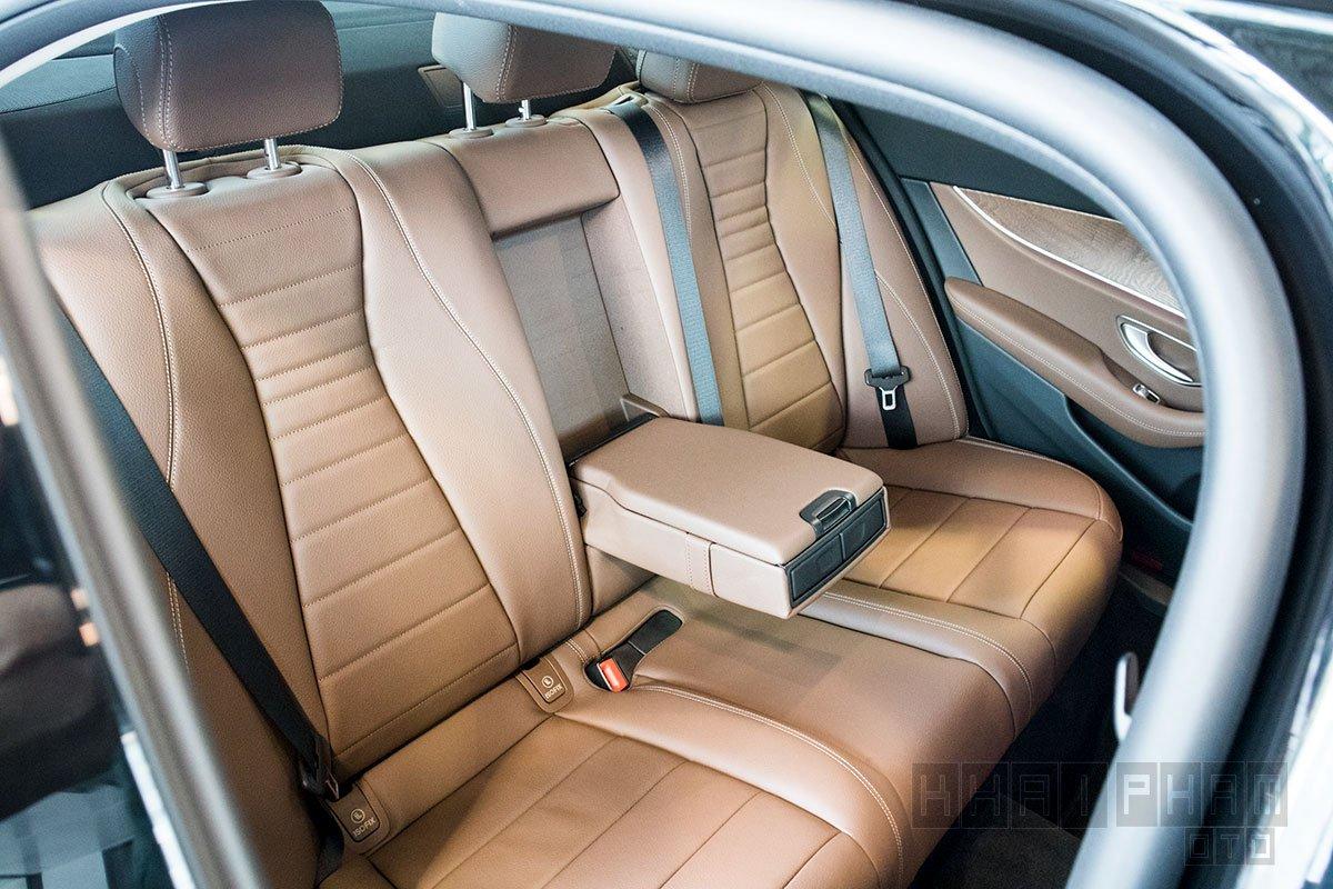 Ảnh chụp Ghế sau xe Mercedes-Benz E 200 Exclusive 2020