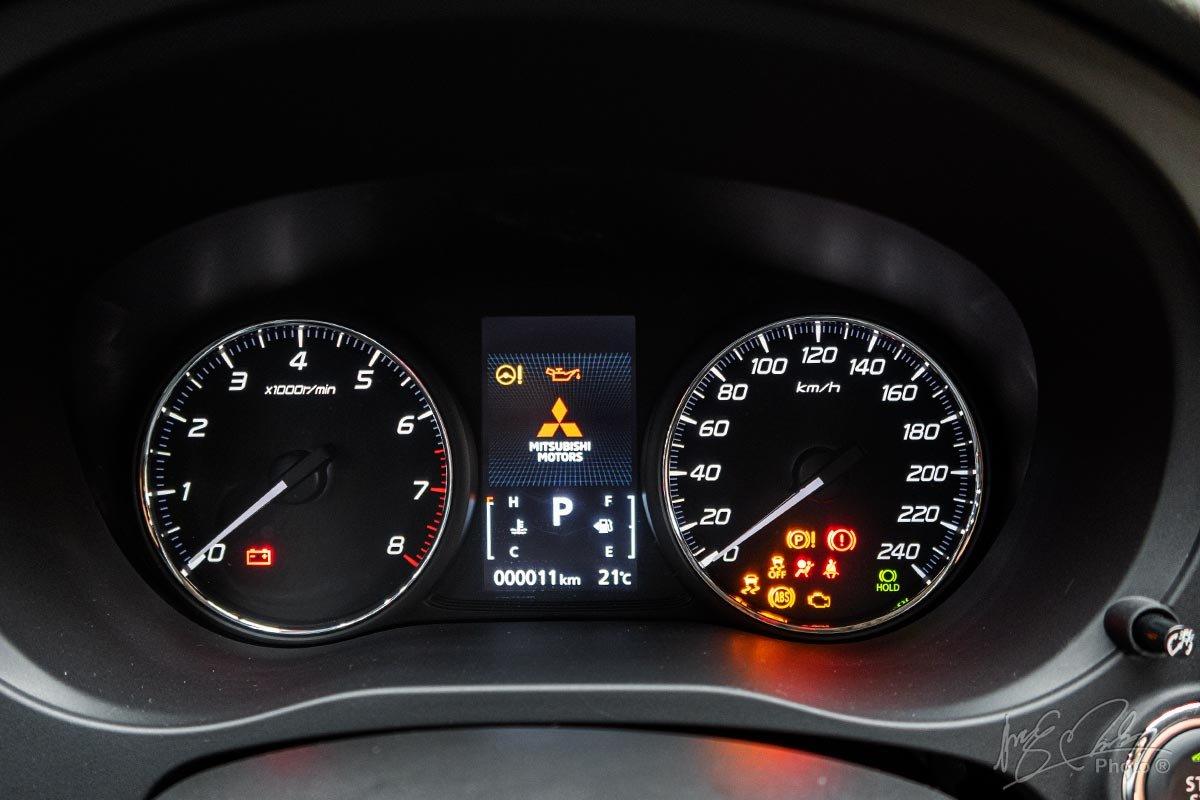 Ảnh chụp đồng hồ xe Mitsubishi Outlander 2020