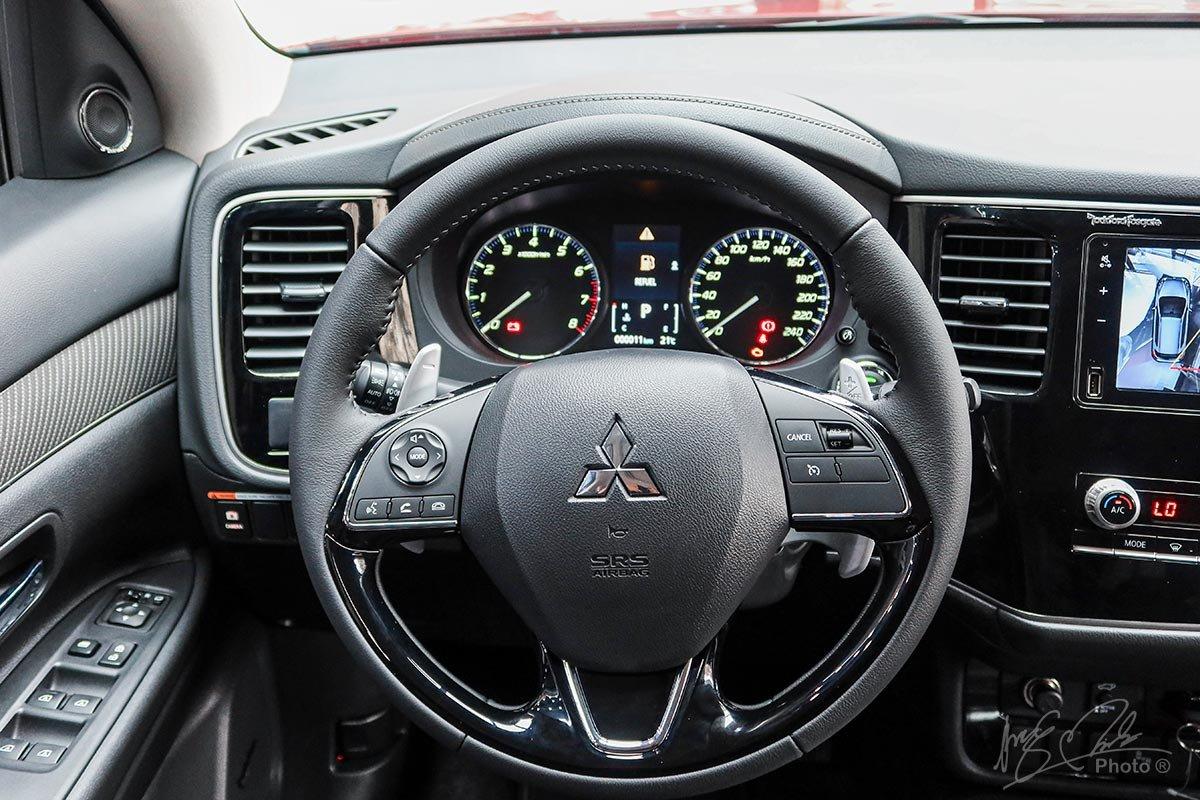 Ảnh chụp vô-lăng xe Mitsubishi Outlander 2020