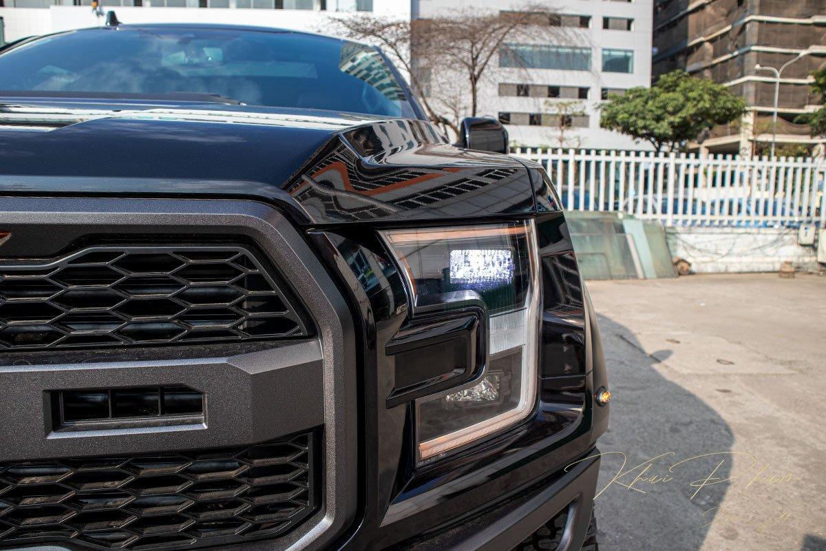 Ảnh chụp đèn pha xe Ford F-150 Raptor Black Edition 2020