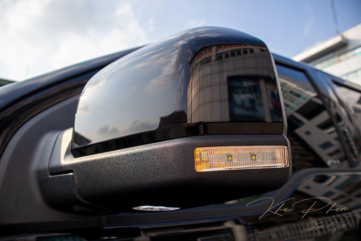 Ảnh chụp gương xe Ford F-150 Raptor Black Edition 2020.