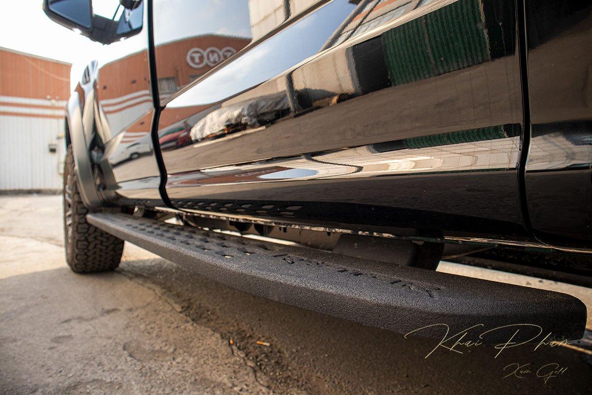 Ảnh chụp bậc lên/xuống xe Ford F-150 Raptor Black Edition 2020 a