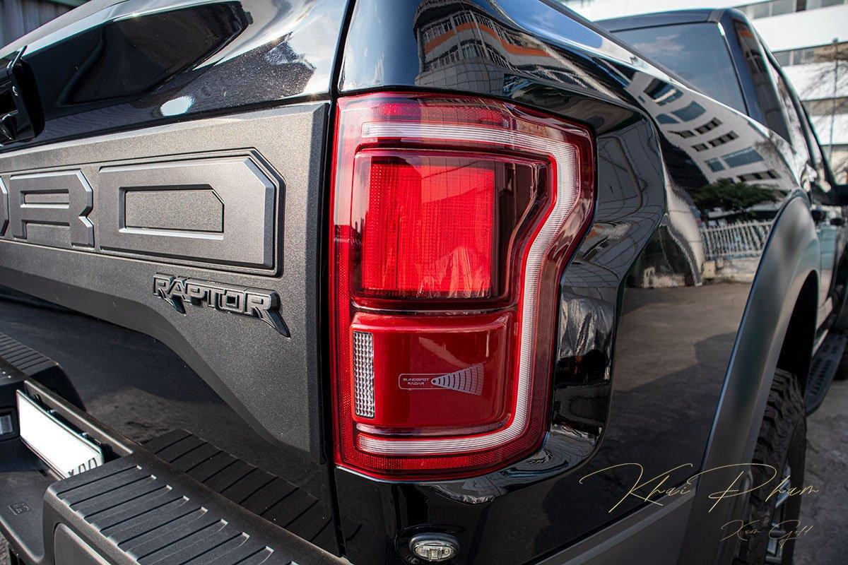 Ảnh chụp đèn hậu xe Ford F-150 Raptor Black Edition 2020.