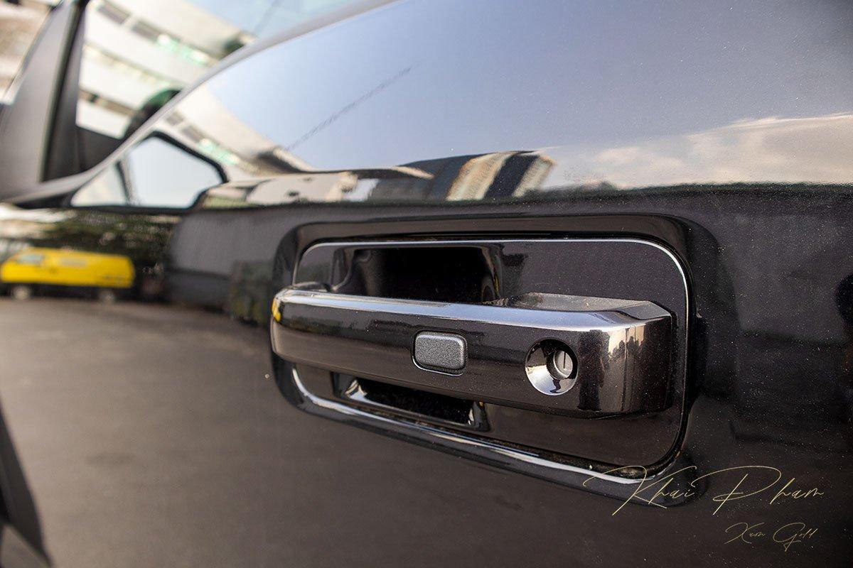 Ảnh chụp tay nắm cửa xe Ford F-150 Raptor Black Edition 2020
