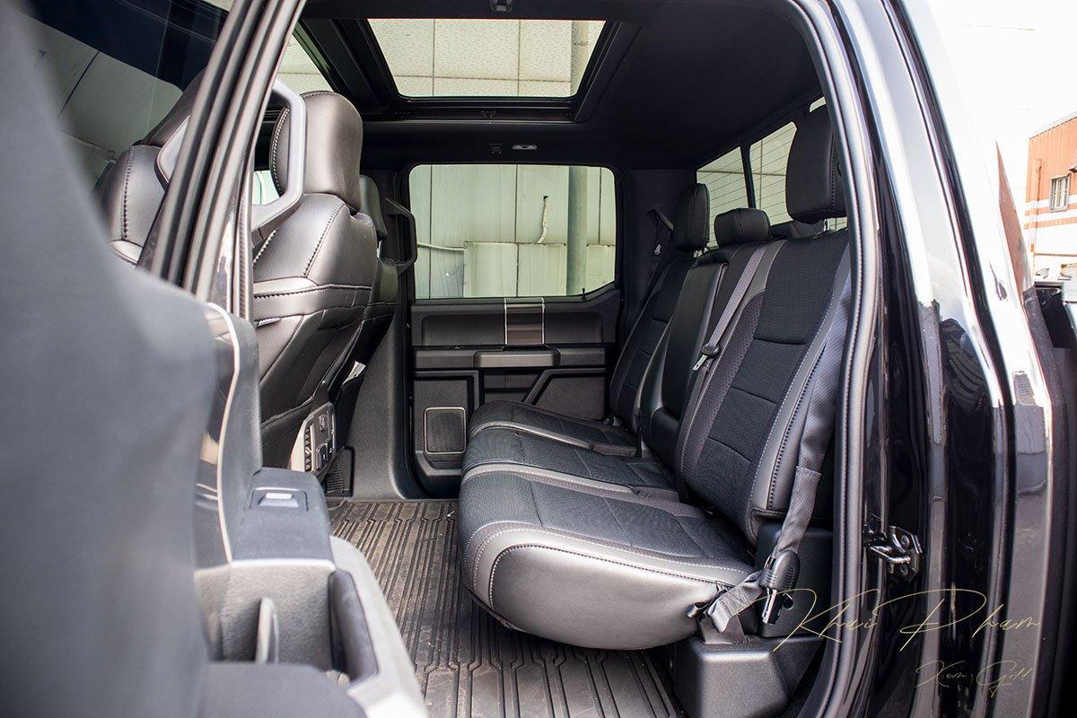 Ảnh chụp ghế sau xe Ford F-150 Raptor Black Edition 2020 a