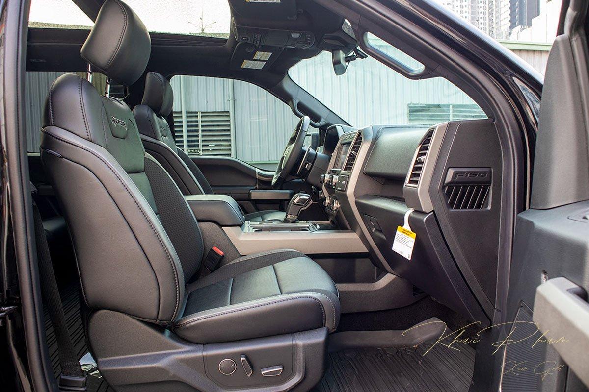 Ảnh chụp ghế phụ xe Ford F-150 Raptor Black Edition 2020.