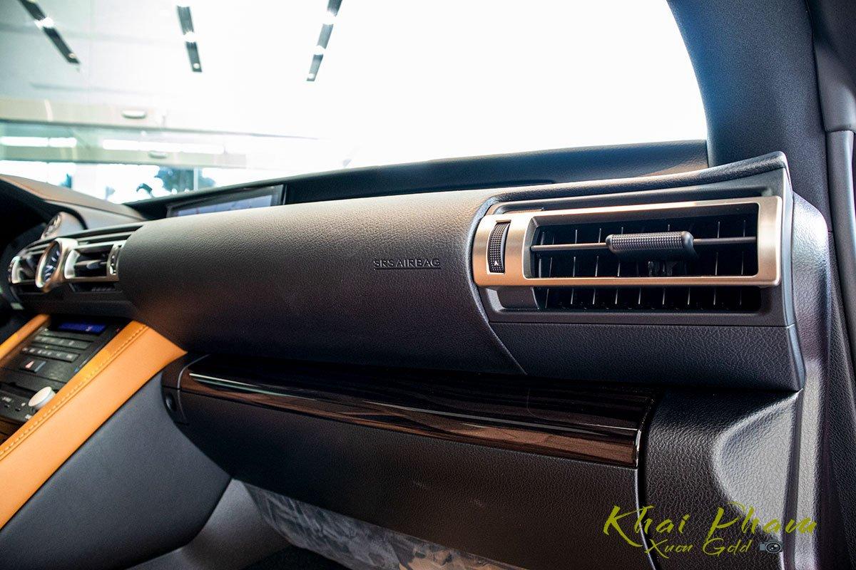 ảnh chụp táp-lô xe Lexus RC 300 2020